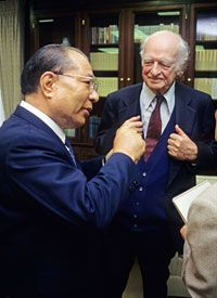 Nobel Peace Laureate Linus Pauling and Daisaku Ikeda in Los Angeles, 1990