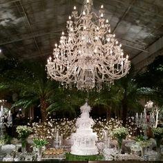 Casamento com Assessoria Doce Amigas e Decor David Melo na Pupileira com Lustre GG e jardim parisiense no lounge principal
