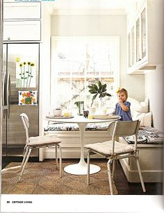 banquette - Wish this did not have upper cabinets. Love the round table with the corner banquette! Corner Banquette, Banquette Dining, Dining Nook, Corner Nook, Kitchen Seating, Kitchen Benches, Kitchen Nook, Kitchen Dining, Kitchen Ideas
