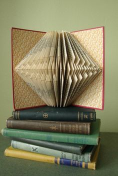 + Ideas for Folded Book Art Including 85 Photos and Tutorials Books Decor, Book Folding Patterns Free, Libros Pop-up, Origami, Paper Art, Paper Crafts, Book Page Crafts, Recycled Books, Folded Book Art