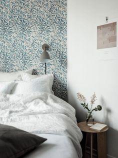 Bedroom grey wallpaper 15 Ideas for 2019 Gray Bedroom, Bedroom Sets, Home Decor Bedroom, Modern Bedroom, Bedding Sets, Interior Wallpaper, Grey Wallpaper, Home Interior, Interior Design