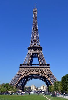 Probably the best known landmark in Europe, the Eiffel Tower is the symbol of Paris and one of the city's must-see attractions. Torre Eiffel Paris, Paris Eiffel Tower, Paris Pictures, Paris Photos, Eiffel Tower Photography, Places To Travel, Places To Go, Rio Sena, Paris Wallpaper