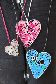 5TS-ryhmä valmistautui ystävänpäivään tekemällä Hama-helmistä paistettuja sydämiä. OH...
