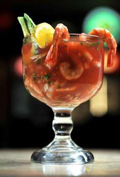 Coctel de camarón. Camarones marinados en limón acompañados de una mezcla a base de salsa catsup (ketchup), chile, aceite de olivo, cilantro, perejil, sal, pimienta y salsa 'Tabasco'.