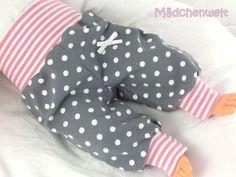 Babys lieben es, wenn nichts drückt und alles schön weich ist.   Da ist diese Pumphose genau das Richtige.  Diese Hose ist aus einem dehnbaren Jersey- und Bündchenstoff genäht, ist angenehm auf...