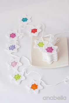 Six-pointed star garland free crochet pattern by Anabelia Crochet Christmas Garland, Crochet Garland, Crochet Diy, Crochet Gratis, Crochet Stars, Crochet Amigurumi, Crochet Motifs, Holiday Crochet, Crochet Snowflakes