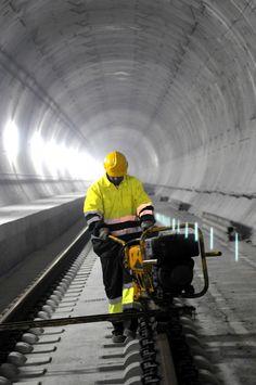 Trabajos de montaje de vía en el túnel de la Cabrera