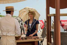 Julia (Hélène Joy) orders a snow cone from James Bennett (Jim Watson)