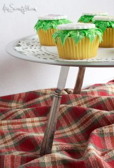 Re-purpose those fabulous vintage knives . how to cake stand - Amazing Diy Projects Ideas Arts And Crafts, Diy Crafts, Butter Knife, Diy Cake, Bake Sale, Cake Plates, Crafty Projects, Knives, Repurposed
