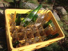 Caisse en plastique Kiri avec 24 bouteilles  300 ml - Bouteilles consignées - 7 vertes et 17 claires.   Lucky One, Fiesta, Snow White et autres Maxi sont la propriété de Breuvages Kiri (établi en 1924) ou Technobev S.E.C. était une compagnie québécoise, brasseur de sodas et embouteilleur d'eau. La raison sociale originale est Liqueurs Bergeron. Le siège social et l'usine étaient à Saint-Félix-de-Valois. Possiblement fermé en 2011 - 52$