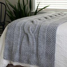 Soms is een deken breien nét iets te veel van het goede. Maar soms hoeft het niet zo heel groot om toch prachtig en decoratief te zijn: Alleen een sierdeken op de rand van je bed is ook prachtig! Een