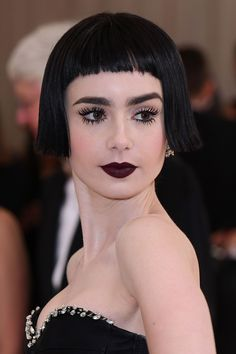 Our winning beauty look of the night, Lily Collins went all in on the avant garde theme with a blunt black bob, blackberry lips and all of the eyelashes. Lily Collins, Fringe Hairstyles, Cool Hairstyles, Hairdos, Natural Face Wash, Shave Her Head, Black Bob, Sleek Ponytail, Natalia Vodianova