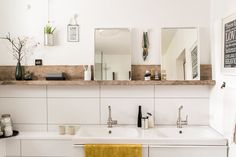 Das Badezimmer wird viel zu oft hintenangestellt, wenn es um Gestaltung und Dekoration der eigenen vier Wände geht. Dabei hat der zweckmäßige Raum doch so großes Potenzial, ein echter Wohlfühlort zu werden! Von schicker Wandgestaltung im Beton-Look, über schöne Stauraumlösungen, bis hin zu hübschen Bad-Accessoires, erklären wir am heutigen DIYnstag 10 Kreativ-Ideen, die ihr mit wenigen Handgriffen umsetzen könnt, um eure Badezimmer wohnlich zu machen.#1 – Der Betonlook für die…
