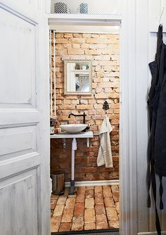 Exposed brick bathroom (walls and floor), vessel bowl sink, really sweet Via: Alla bilder