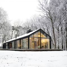 Oisterwijk, The Netherlands Bedaux de Brouwer Architecten + Interior Design by A warm place to enjoy the snow. Style At Home, Plan Chalet, Modern Barn House, Haus Am See, Modern Farmhouse Exterior, Forest House, Dream House Exterior, Future House, Bungalow