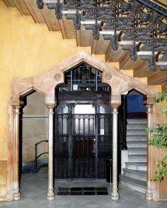 Casa Pia Batlló. Architect: Josep Vilaseca i Casanovas. Barcelona - Gran Via