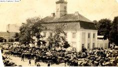 Przed wojną w tym miejscu nie było ani pomnika, kawiarenki na wolnym powietrzu, ani pomnika. Tu odbywały się targi, na których można było kupić wszystko - od jajek po żywe bydełko.