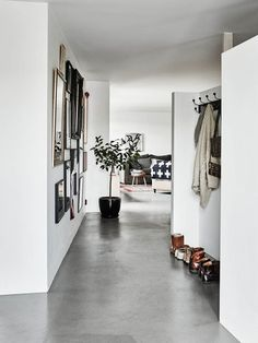 When it comes to flooring options, concrete might not be topnotch of your floori. - Wohnen - Welcome Haar Design House Design, Interior, Home, Concrete Floors, Swedish Decor, House Interior, Flooring, Trending Decor, White Walls