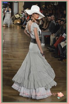 Bata rociera gris de Sergio Vidal en We Love Flamenco 2015 Flamenco Costume, Spanish Fashion, Lace Ruffle, Tulle, Street Style, Elegant, Feminine, My Style, Womens Fashion