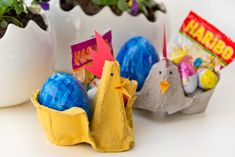Ostern steht vor der Tür  - ich zeige euch heute, wie ihr mit einfachen Eierkartons tolle Hühner basteln und befüllen könnt! #ostern #inspiration #huhn #henne #eierkarton