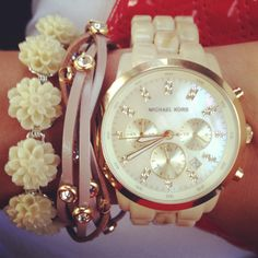 How to wear bracelets set? Add a little flowers for mor feminine look!