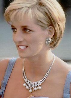 Diana wearing Garrard's Swan Lake necklace: