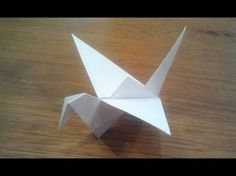 How to fold an origami flapping bird. With an extra camera angle. Tutorial to understand how to fold a traditional origami bird. This is an action origami th. Origami Ball, Diy Origami, Origami Bird Easy, Easy Origami Dragon, Origami Flapping Bird, Origami Dove, Origami Simple, Origami Paper Folding, Origami Fish