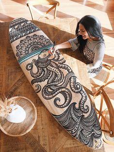 Artist, Jess Lambert illustrating a surfboard Longboard Design, Skateboard Design, Skateboard Art, Surfboard Painting, Surfboard Decor, Surfboard Drawing, Design Mandala, Mandala Art, Decoration Surf