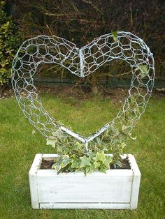 Wire Heart Topiary Fram von ~ auf deviantART - Ich mag das Aussehen d . Wire Heart topiary fram by on deviantART - i like the look of this, can also be done stuffed with moss and soil as a succulent sculpture, Chicken Wire Art, Chicken Wire Crafts, Chicken Wire Sculpture, Garden Crafts, Garden Projects, Craft Projects, Garden Ideas, Diy Garden, Spring Garden