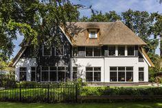 2-onder-1 kap herenhuis te Zeist, gerealiseerd door Bouwbedrijf Lichtenberg. Statige woning met rieten kap en wit gekeimde muren.