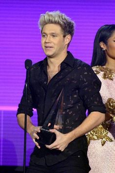 Niall accepting their award for 'Favorite Duo or Group' at the American Music Awards - One Direction Awards, Naill Horan, Niall And Harry, James Horan, American Music Awards, Liam Payne, Louis Tomlinson, I Love Him, Future Husband