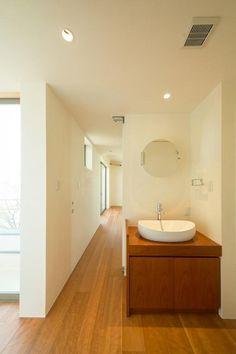 寝室につながる廊下の洗面コーナー。<br /> 家族数によっては朝夕の渋滞を緩和すべく、寝室に近い場所に洗面やトイレを計画します。<br /> <br /> 光の回り方が美しい珪藻土独特の光の拡散が、チェリー材のミドルトーンとよく合います。<br /> フォルムが美しい洗面器はCERAオリジナルコレクション、カウンターは造作しました。 専門家:古前極が手掛けた、洗面コーナー(眺めのいい窓)の詳細ページ。新築戸建、リフォーム、リノベーションの事例多数、SUVACO(スバコ)