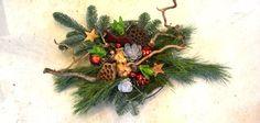 Het is weer tijd om kerststukjes te maken! Dit keer laten we zien hoe je een traditioneel kerststuk maakt met lekker veel groen en allerlei kerstdeco.