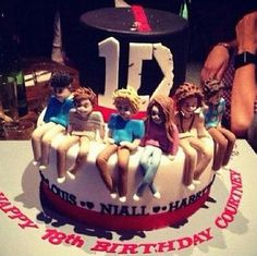 One Direction cake, oh my freaking god, who the flippen crap makes this?! Oh my god I just freaking died and went to heaven this is just to good! *lè dies*