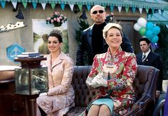 Julie Andrews, Hector Elizondo and Anne Hathaway in The Princess Diaries Princess Diaries 1, Princess Diana, Diary Movie, Angelina Jolie Style, Pinturas Disney, Modern Princess, 3 Movie, Julie Andrews, Royal Engagement