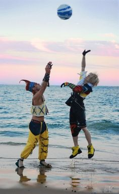 Final Fantasy X, Tidus and Wakka cosplay~~ Tidus + Edit Wakka by Photography All costumes and props made by their respective cosplayers. Final Fantasy X - Play Ball Final Fantasy X, Final Fantasy Cosplay, Amazing Cosplay, Best Cosplay, Cool Costumes, Cosplay Costumes, Kingdom Hearts Cosplay, Superman, Batman