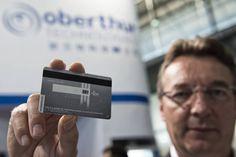 Muy pronto veremos tarjetas de crédito que llevan incorporadas una batería y una pantalla donde se imprime un código de seguridad que cambia cada 45 minutos.