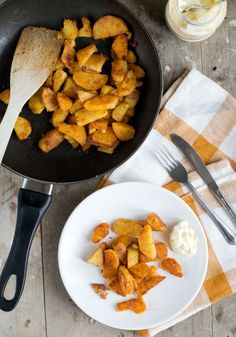 Gebakken aardappeltjes (de lekkerste!) - Brenda Kookt! Iron Pan, Potato Recipes, Spicy, Bbq, Curry, Potatoes, Ethnic Recipes, Kitchen, Foods