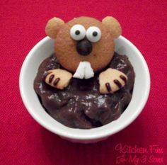 There's not a shadow of a doubt-Groundhog Day dessert. 3 vanilla wafers, edible eyes, choclate cookie frosting, 1 chocolate chip and 1 mini marshmallow Holiday Treats, Holiday Recipes, Cute Food, Good Food, Happy Groundhog Day, Edible Eyes, Pudding Cups, Preschool Snacks, Cupcakes