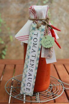Tomatensauce auf Vorrat, ein ideales Mitbringsel und selbstgemachtes Geschenk aus der Küche. Und hier ist das Rezept http://wolkenfeeskuechenwerkstatt.blogspot.de/2012/09/tomatensauce-auf-vorrat-und-als.html