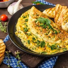 herb omelette with chives and oregano sprinkled with chili flakes garlic panini toasts Breakfast For A Crowd, Healthy Breakfast Muffins, Breakfast Toast, Best Breakfast, Fromage Emmental, Healthy Bagel, Healthy Baking, Healthy Recipes, Veggies