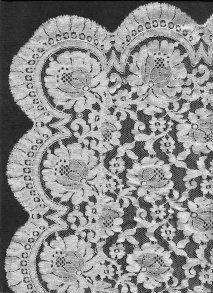Tul Brodat_Mantilla blanca de encaje granadino, bordada en tiras cosidas a mano, el borde también está cosido a mano.  Dibujos, artículos, etc. de bordado en tul