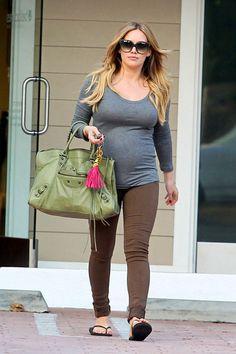 Hilary Duff enjoying her pregnancy in Avedon skinny jeans in brown. Hilary Duff Pregnant, Hilary Duff Baby, Hilary And Haylie Duff, Hilary Duff Show, Hilary Duff Style, Cute Maternity Style, Maternity Fashion, Pregnancy Fashion, Pregnancy Wardrobe