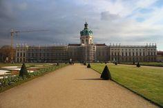 Slot Charlottenburg is het grootste paleis van Berlijn en is gebouwd in de tijd van de Pruisische vorsten. Hier is ook de paleistuin te bezichtigen.