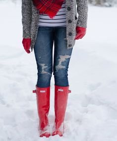 Red Hunter Boots and pops of red. Hunter Boots Outfit, Tall Hunter Boots, Fall Winter Outfits, Autumn Winter Fashion, Winter Wear, Fasion, Fashion Outfits, Red Boots, Swagg