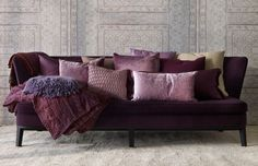 Få ny inspiration – så stylar du soffan med vackra kuddar - The sofa with the many pillow and the great wallpaper pattern - Sköna hem - Home Organisation, Eclectic Decor, Home Decor Trends, Grey Walls, Colorful Interiors, Feng Shui, Home Accessories, Interior Decorating, Living Room