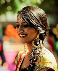 My favourite way to glam up an ethnic wedding look is with a Maang tikka. Middle parted hair is how I used to rock my maang tikka in the p. Hairdo Wedding, Desi Wedding, Wedding Hair And Makeup, Wedding Looks, Hair Makeup, Ethnic Wedding, Tikka Hairstyle, Hairstyle Ideas, Middle Part Hairstyles