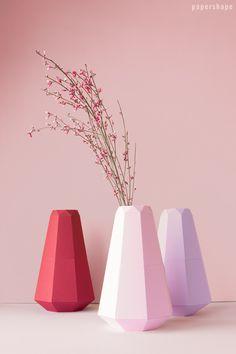 DIY Papier Vase im coolen Origami-Design mit kostenloser Vorlage. Ihr müsste einfach die Papiere schneiden, falten, kleben. Finde die Farben mega - lavendel, rose, weinrot. PaperShape #vases #papercraft #diy