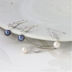 A modern pearl earring. Silver teardrop earrings with a silver or white pearl. Stylish and chic they will take you from day to night. The perfect jewellery gift for that special lady Chain Earrings, Pearl Drop Earrings, Jewellery Earrings, Silver Gifts, Pearl Grey, Stylish Jewelry, Earrings Handmade, Jewelry Gifts, Women Jewelry