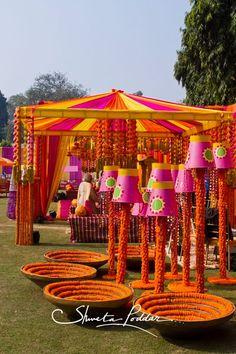 Photobooth To Mandap: Best Ways To Use Genda Phool in Wedding Decoration - Moyiki Sites Indian Wedding Theme, Desi Wedding Decor, Indian Reception, Wedding Stage Decorations, Wedding Mandap, Wedding Themes, Wedding Receptions, Wedding Ideas, Fall Wedding
